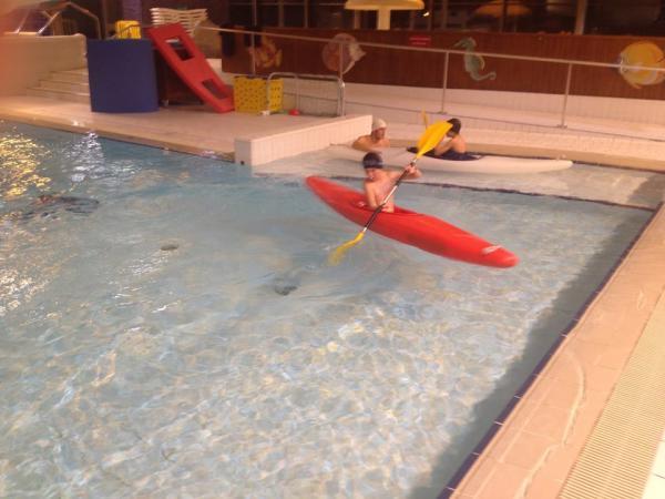 Séance à la piscine (des jeunes avec leur moniteur)
